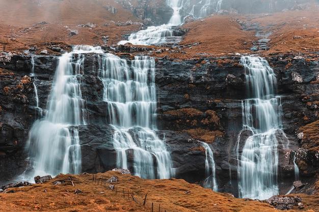 フェロー諸島の小さな滝。 Premium写真