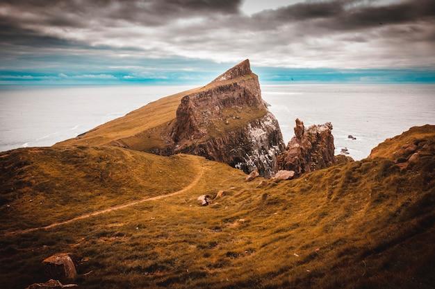ミキネス島の崖と海の海岸の眺め Premium写真