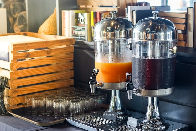 朝食ビュッフェライン、各種飲料タンク Premium写真