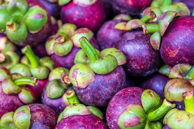 果物の女王がたくさん、果物市場でマンゴティーン Premium写真