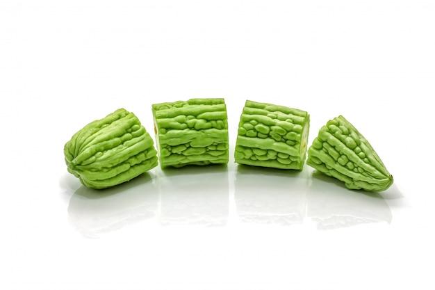 Изолированная зеленой горькой тыквы отрезанная на белизне Premium Фотографии