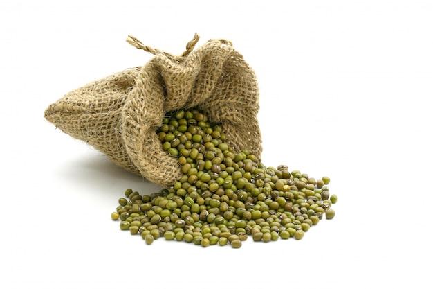 白で隔離の袋に緑の豆 Premium写真