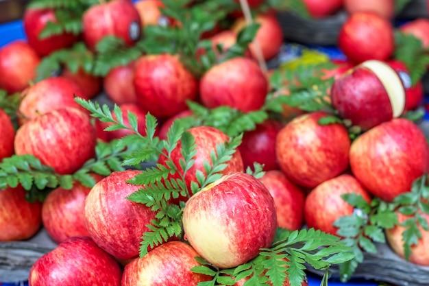 市場での販売のための美しいリンゴ果実を閉じる Premium写真