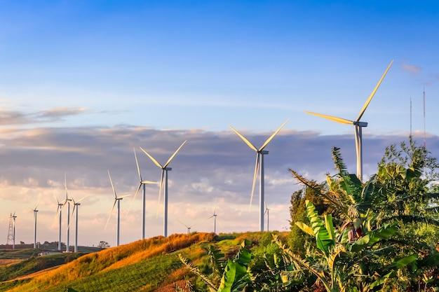 Ветряная турбина для производства электроэнергии в као кор, петчабун, таиланд Premium Фотографии