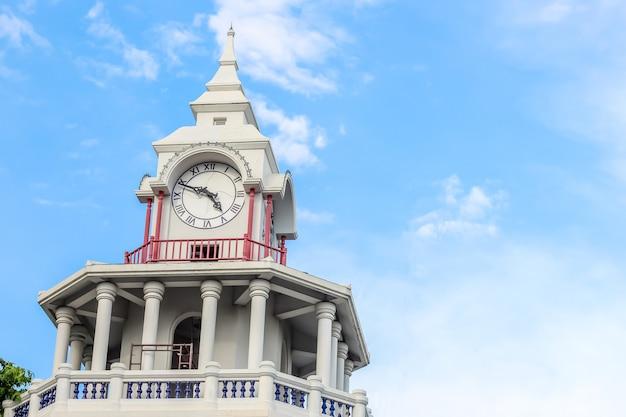 Красивый вид на башню с тайским стилем в бангкоке Premium Фотографии