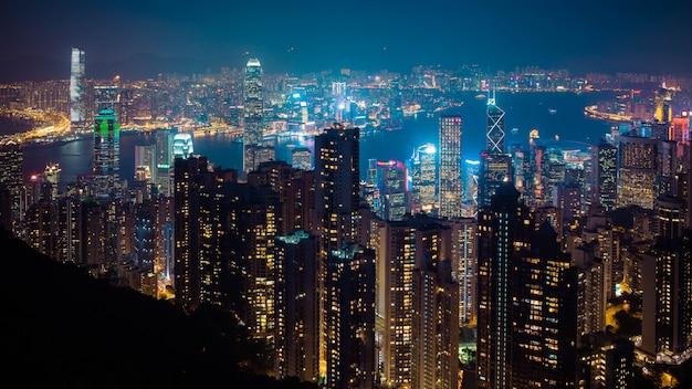 香港の夜の街並み Premium写真