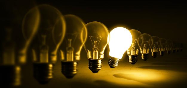 オレンジ色のアイデアに白熱電球 Premium写真