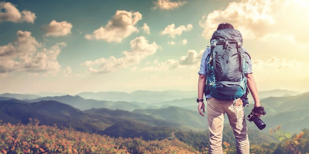 崖の上に立っているバックパック旅行者を持つ若い男 Premium写真