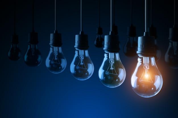 青い背景、アイデアコンセプトの電球 Premium写真