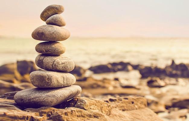 石は海岸にピラミッドの形でレイアウト Premium写真