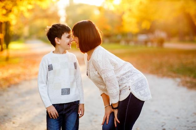 秋の公園で母と息子の肖像画 Premium写真
