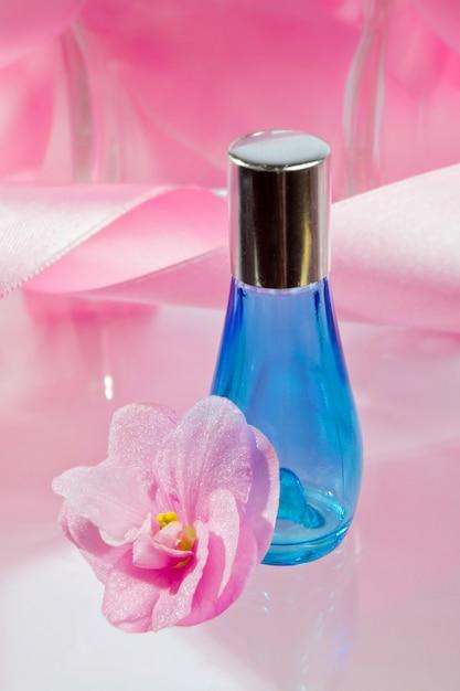 反射と青い香水瓶 Premium写真