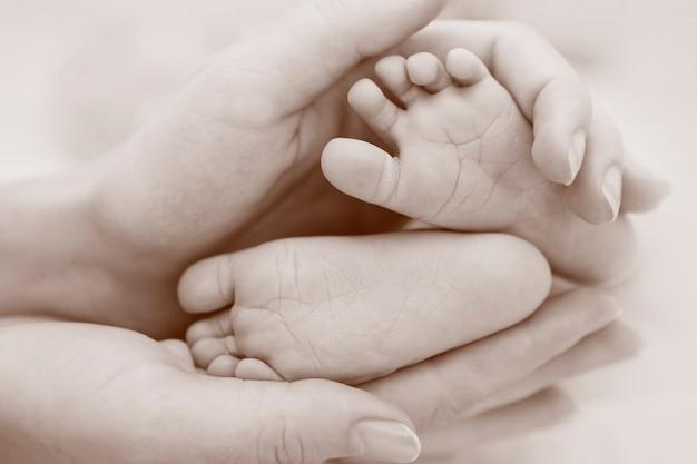 赤ちゃんの足をクローズアップ Premium写真