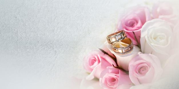 灰色の背景にさまざまな花の美しいブライダルブーケ Premium写真