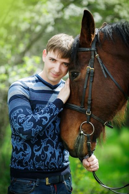 茶色の馬に近い男の肖像 Premium写真