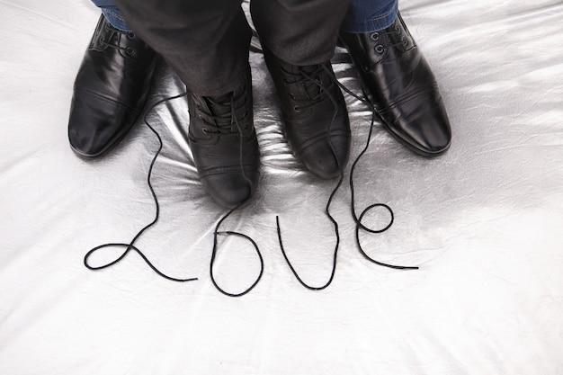 銀の愛という言葉で女性と男性の靴 Premium写真