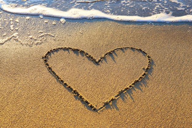Сердце на песке Premium Фотографии