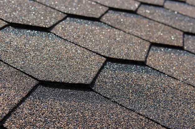 Крыша дома на фоне неба Premium Фотографии