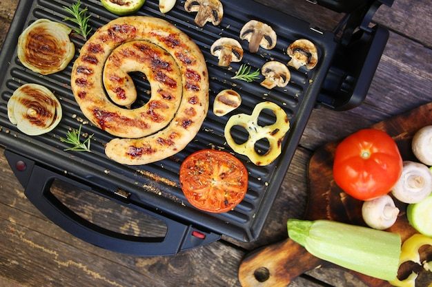 焼きソーセージと野菜の電気グリル Premium写真
