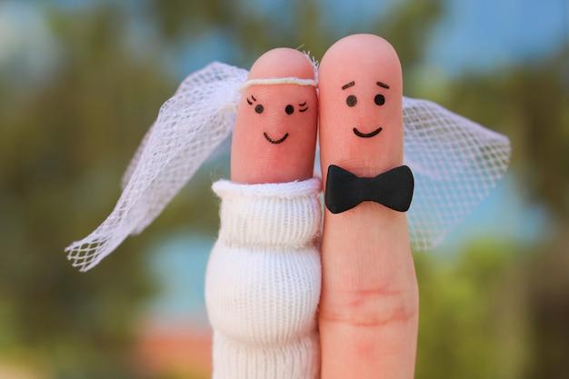 幸せなカップルの指アート、散弾銃の結婚式のコンセプト、女性は妊娠中であり、男は結婚する必要があります。 Premium写真