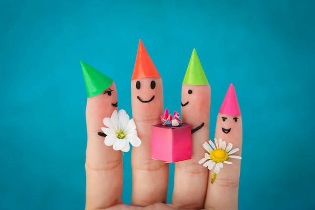 友達の指アート。誕生日パーティーで子供たちのグループ Premium写真