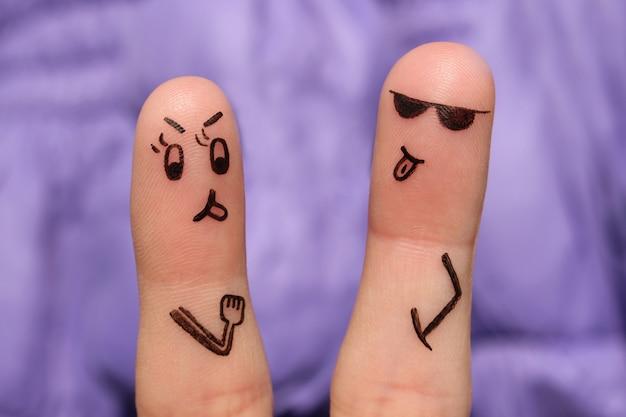 カップルの指アート。ペアは主張し、彼らはお互いに言語を示しています。 Premium写真