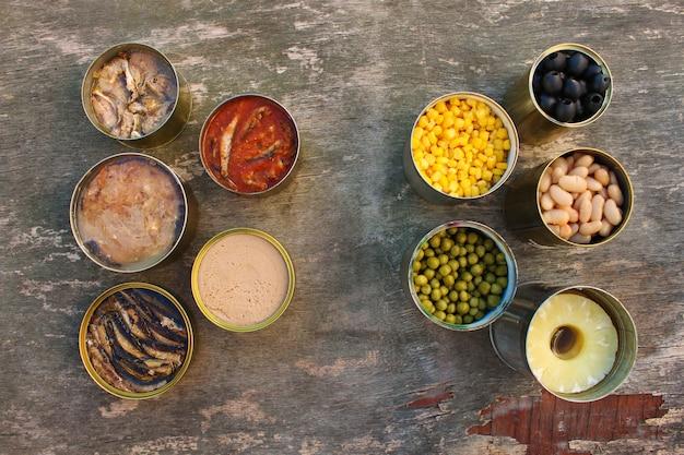 別のオープン缶詰食品。上面図。平らに置きます。 Premium写真