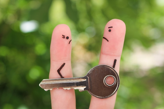 けんか中の家族の指アート。男性と女性の概念は、離婚後に財産を分割することはできません。 Premium写真