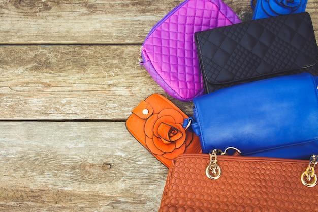 Цветные сумки на дереве Premium Фотографии