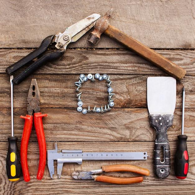 木製の背景の家の形の作図ツール。 Premium写真