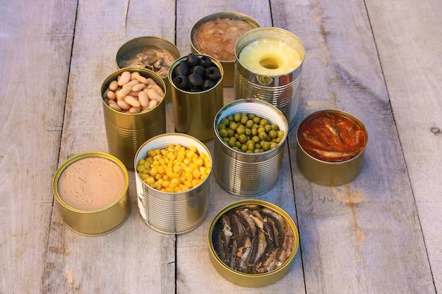 さまざまなオープン缶詰食品 Premium写真