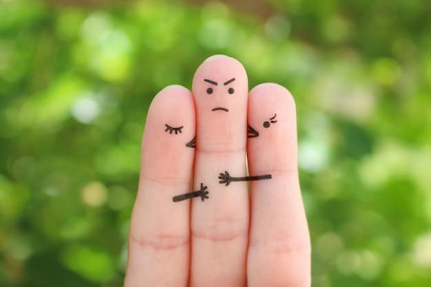 指アート。女の子の概念は、頬に少年をキスします。彼は誰を選ぶべきかわからなかったので悲しい男。 Premium写真