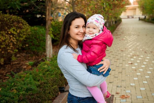 Мать и дитя маленькая дочь играют Premium Фотографии