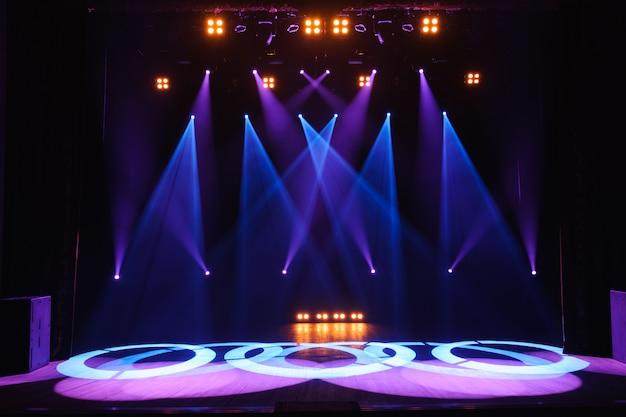 ライト、照明装置を備えた無料のステージ。ナイトショー。 Premium写真