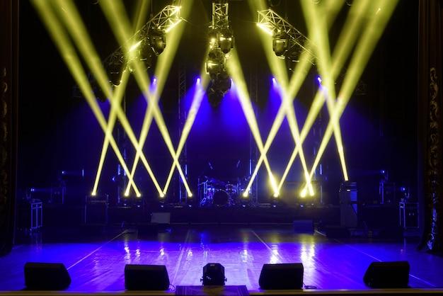ライト、照明装置を備えた無料のステージ。 Premium写真