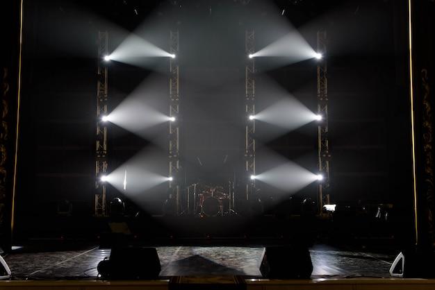 コンサートライトショー、コンサートステージのカラフルなライト Premium写真