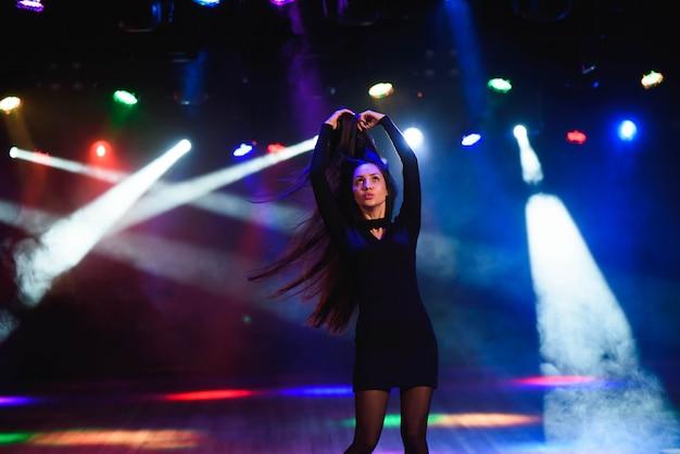 Молодая женщина в клубе Premium Фотографии