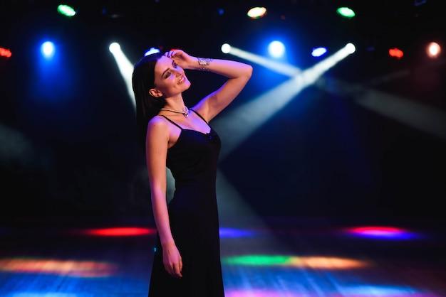Красивая сексуальная женщина с цветными лампами Premium Фотографии