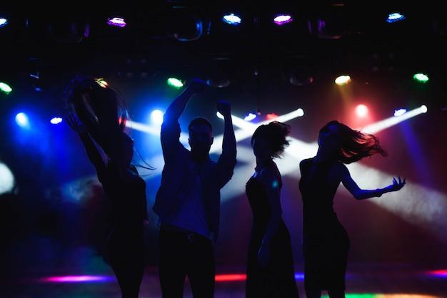 若い人たちはクラブで踊っています。 Premium写真