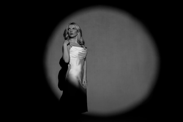 白黒、白黒、明暗を問わずに撮影する、美しい少女の姿、ファッショナブルな調色。 Premium写真