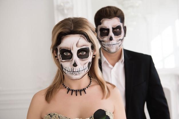 Портрет красивой пары в средневековых костюмах с вампиром Premium Фотографии