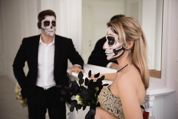 ハロウィーンゾンビパーティーと恐怖。化粧とハロウィーンのカップル Premium写真