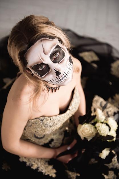 塗装の頭蓋骨の顔を持つゾンビ女性の肖像画 Premium写真