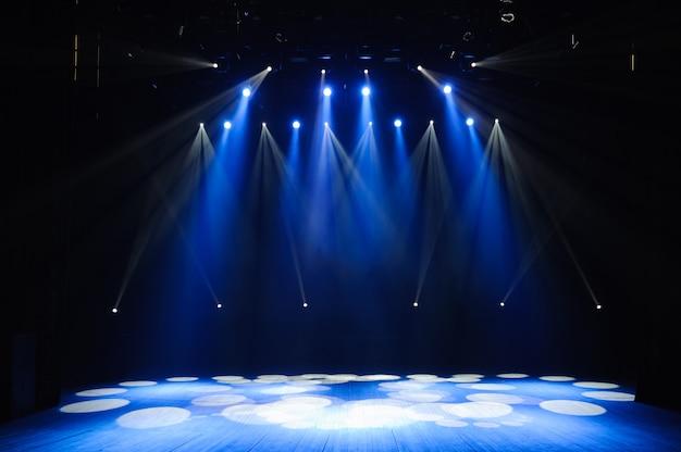 ライト、照明装置を備えた無料のステージ。バックグラウンド。 Premium写真