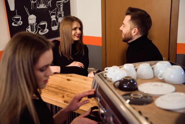 バリスタとしての新しい仕事で一日を始める女性。カフェで働いています。 Premium写真