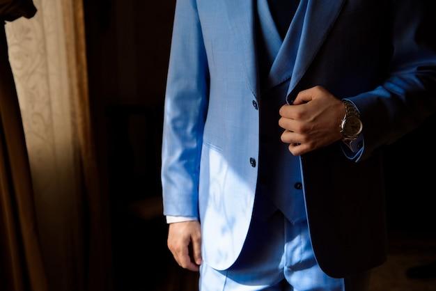男のスタイル。ドレッシングスーツ、シャツ、袖口 Premium写真