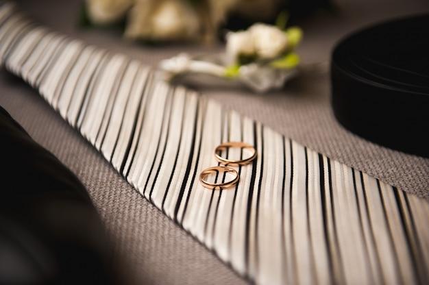 Привлекательный молодой элегантный жених одел свадебный костюм смокинга Premium Фотографии
