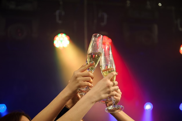 バーやカジノでシャンパンを楽しんでいる人。 Premium写真