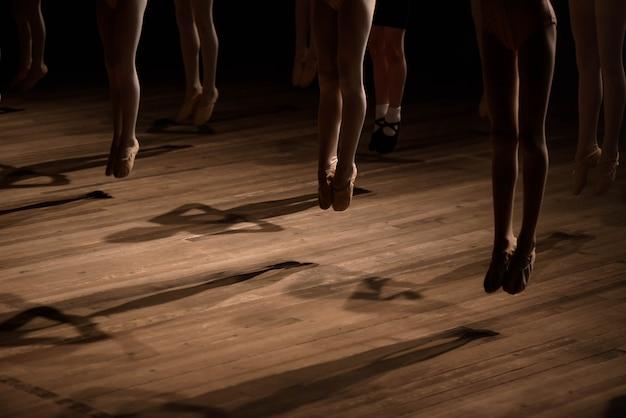 子供のバレエダンスクラスの足のクローズアップ Premium写真