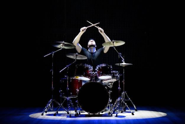ステージ上のドラムを演奏するドラマー Premium写真